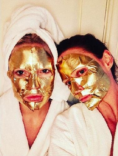 Kate Hudson og Stella McCartney med sheet mask